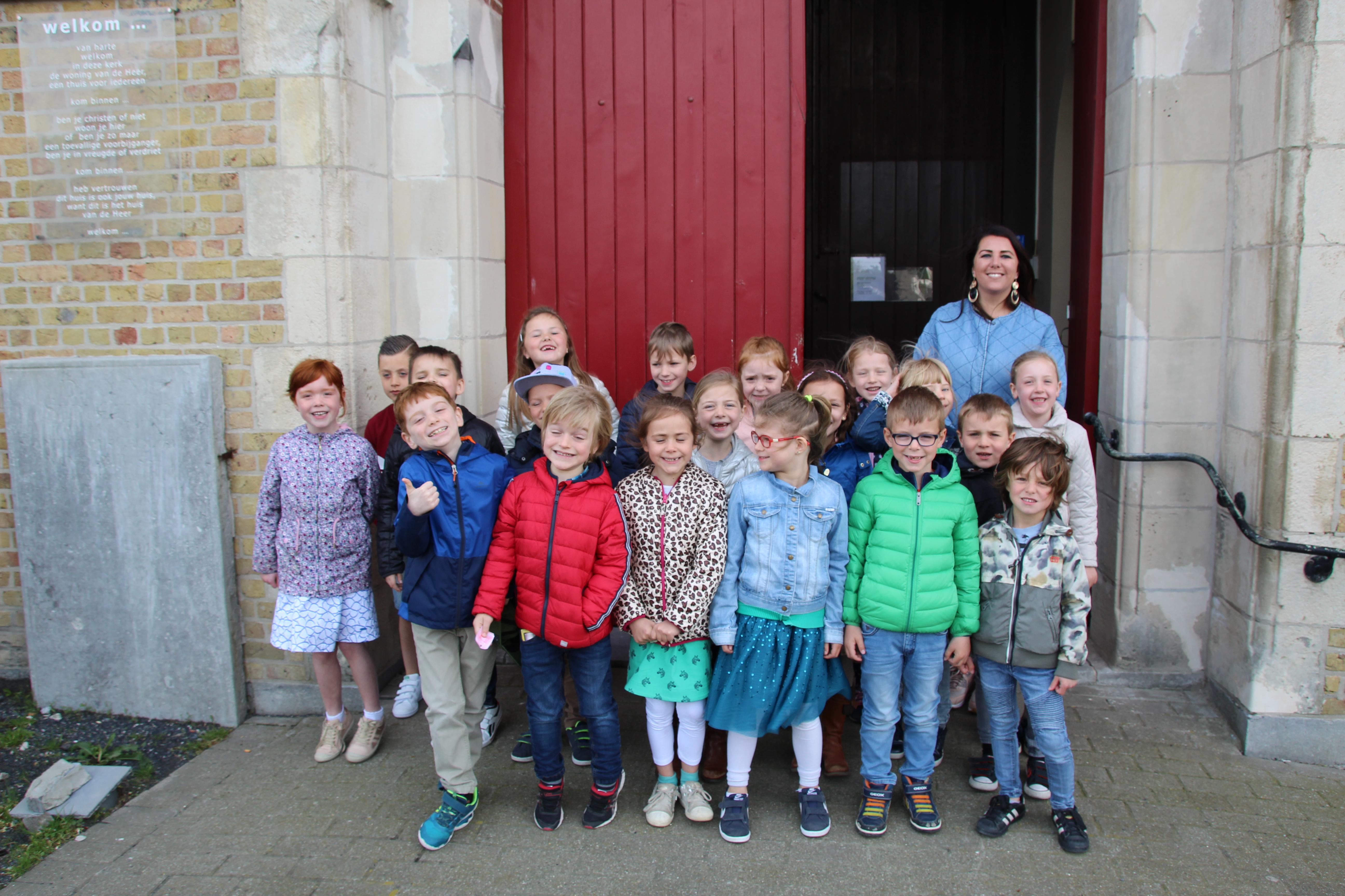 Eerste communicanten Dorpslinde brengen bezoek aan St.-Rikierskerk