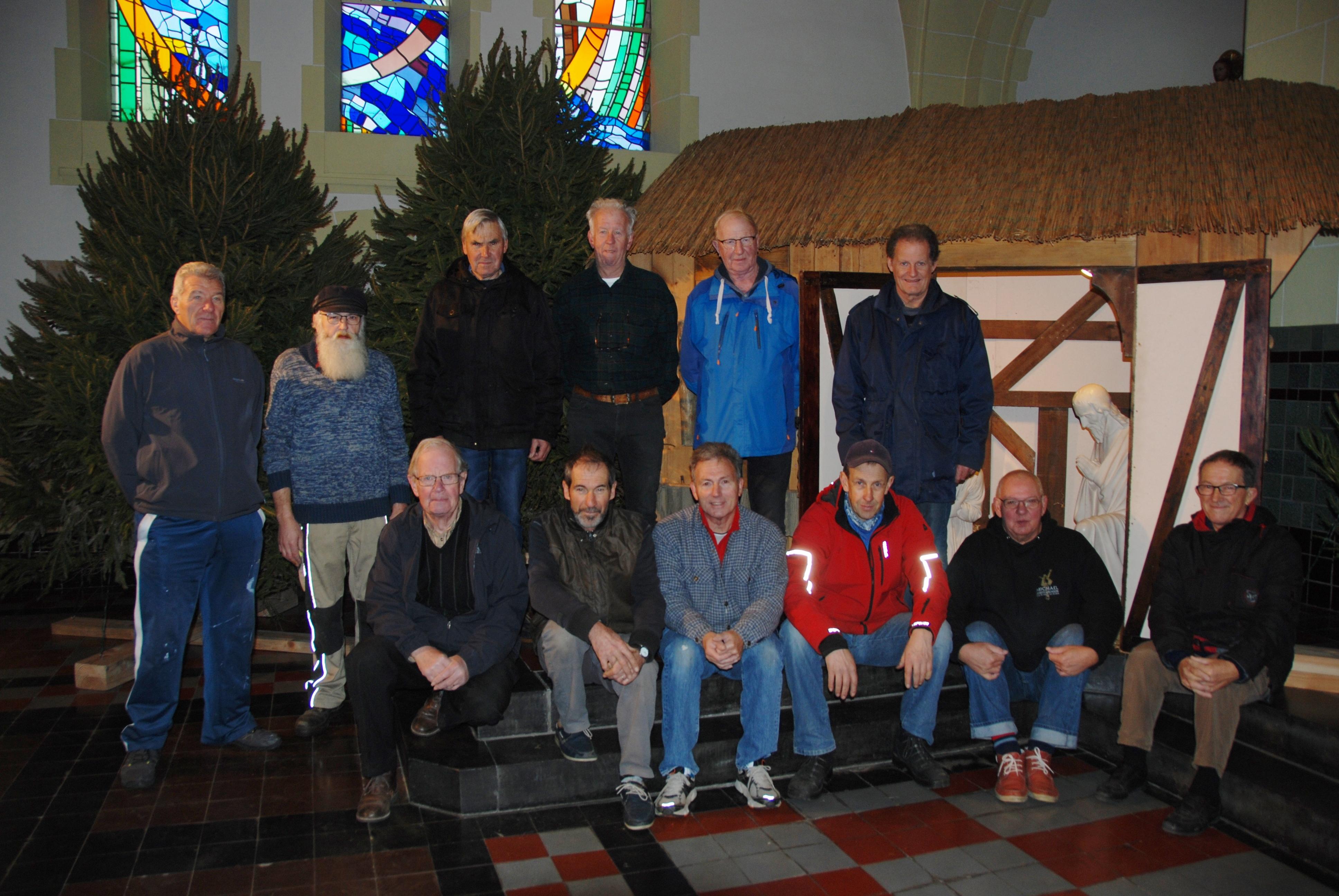 Vrijwilligers plaatsen kerstbomen en kerststal in Sint-Antoniuskerk